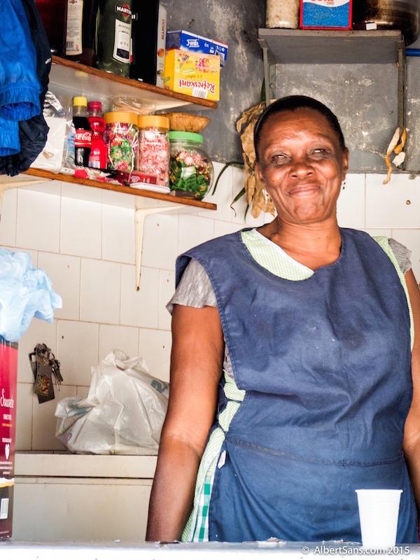 mercado mujer local sorrisa mindelo